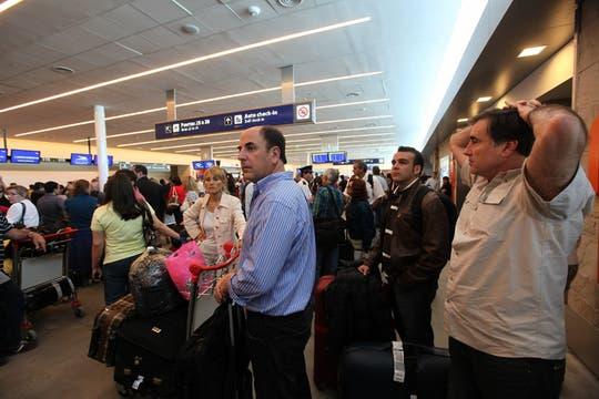 Si bien la situación se normaliza, todavía hay cientos de pasajeros varados en el aeropuerto. Foto: LA NACION / Ricardo Pristupluk