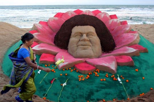 Una escultura de arena en honor a Sai Baba en la playa de Puri, Orissa, India. Foto: EFE