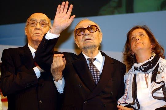 En el homenaje que recibió en el Congreso Internacional de la Lengua en 2004; junto a José Saramago. Foto: Archivo