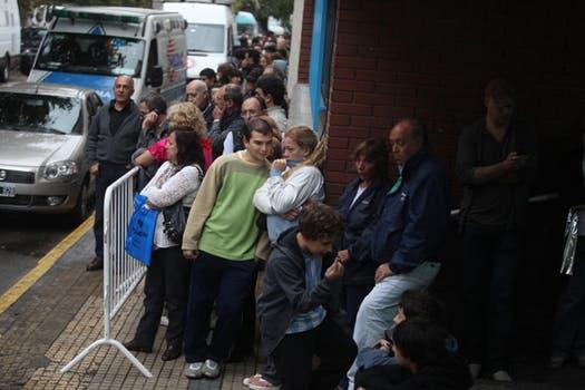 Admiradores del autor de El Túnel esperaban ayer fuera del Club Defensores para despedirlo. Foto: LA NACION / Soledad Aznarez