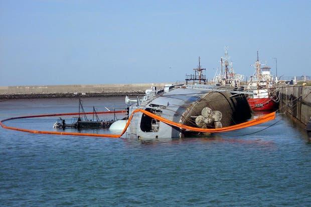 El buque se está hundiendo en Puerto Belgrano