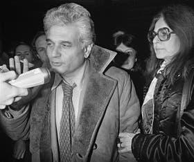 En 1981, Derrida fue detenido en Praga, adonde había ido a dar seminarios clandestinos a disidentes. Aquí, junto a su mujer Marguerite en la Gare de l''Est, en París, tras su demorada liberación