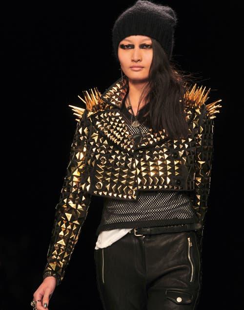 Este invierno, el punk sigue vigente y apuesta a más: dorado, cruces y maquillaje bien marcado (Desfile Drankie Morello)..