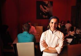 Nadia Harón en su restaurante Nadia O.F., en Chacras de Coria, elegido el mejor del país