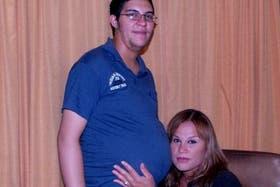 La pareja de dos personas trans, Alexis y Karen, son padres de Génesis