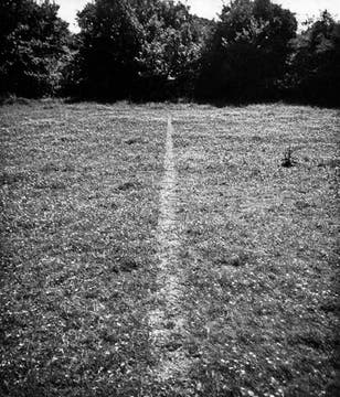 """Obra fundamental y consagratoria tomada en 1968 en su Inglaterra natal y se llama """"Una línea hecha por caminar"""".. Foto: Cortesía Richard Long"""