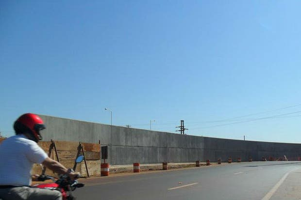 Un muro separa a Posadas con Paraguay