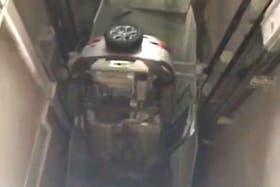 El auto quedó con el capot contra el piso, apenas pasó el portón de ingreso