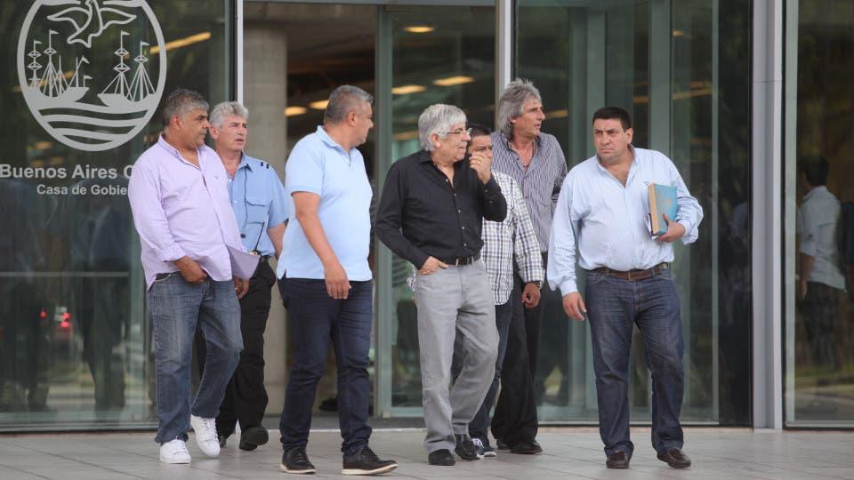Hugo Moyano y una comitiva de camioneros, el jueves pasado, tras almorzar con Mauricio Macri en Patricios foto: LA NACION Emiliano Lasalvia