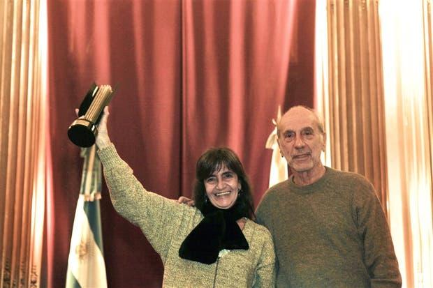 Perinelli le entregó el premio a Corina Fiorillo