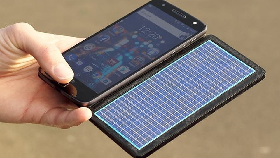 Cómo cargar tu teléfono móvil con el sol, una bicicleta o tus manos