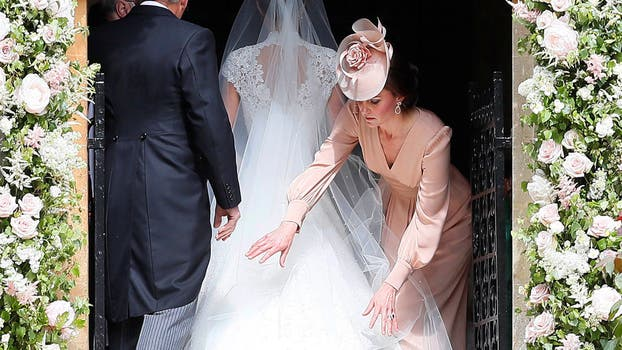 Kate Middleton acomoda el vestido de su hermana a la entrada de la iglesia. Foto: Reuters / Kirsty Wigglesworth