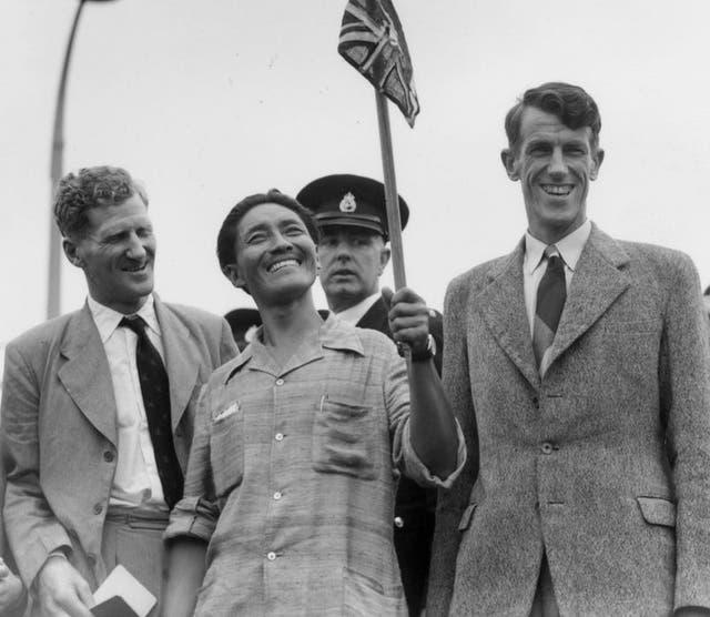 Tenzing Norgay (al centro) y Edmund Hillary (derecha), los primeros hombres en escalar el Monte Everest, con el coronel John Hunt (izquierda), que dirigió su expedición de 1953
