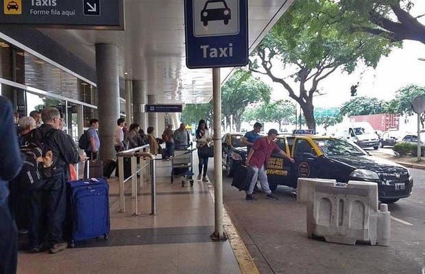 Largas filas a la espera de un taxi en el Aeroparque metropolitano