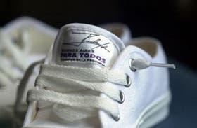 """Las zapatillas llevan el lema de Ruckauf, """"Buenos Aires para todos"""""""