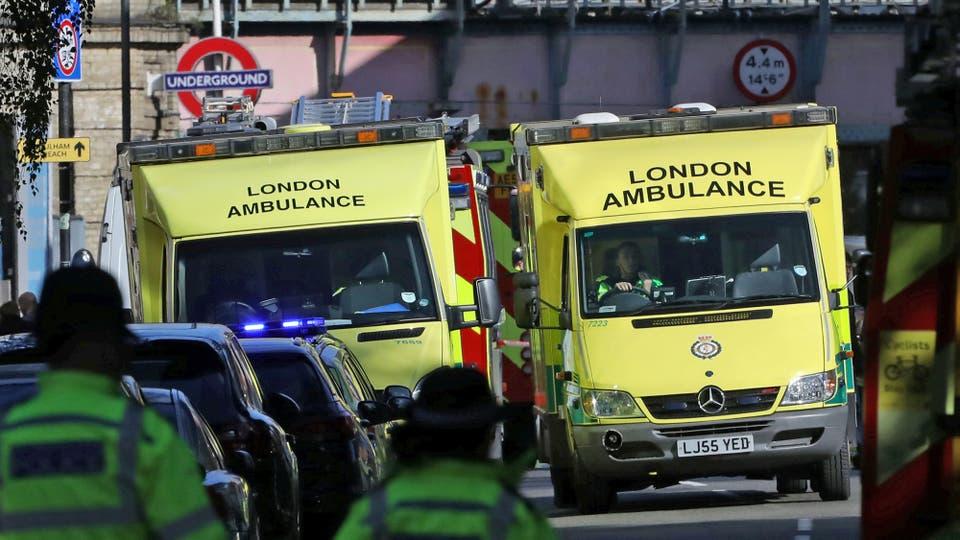 Gran cantidad de ambulancia permancen en el lugar para asistir a los heridos. Foto: Reuters
