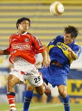 El peruano De la Haza y Guglienminpietro en plena lucha; Boca volvió a caer en los penales