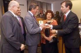 Vedia, Laborda, Escribano y Melgarejo, de LA NACION, reciben el premio entregado por López Matheu, de Clarín