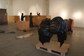 El desembalaje de las esculturas monumentales de Cragg y la obra Caldero, de 2005, en la sala Cronopios