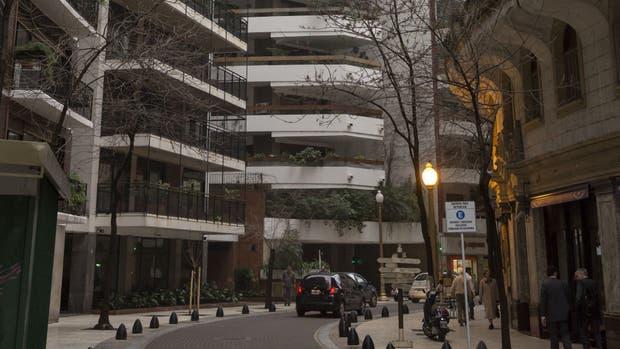 El edificio de Arroyo 863 (centro), con sus balcones salientes
