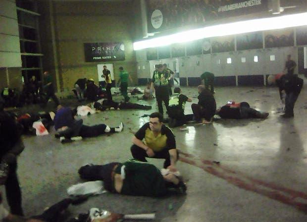 Socorristas y voluntarios asisten a los heridos del atentado del Manchester Arena, anteanoche, en el hall de entrada del estadio