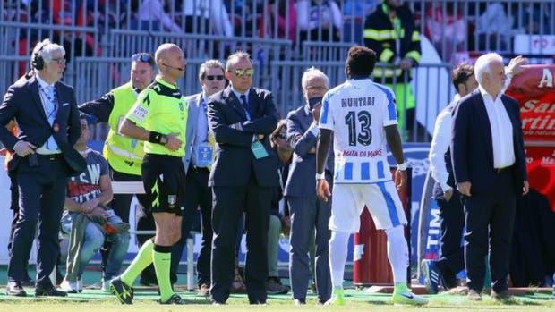 Muntari se queja ante el árbitro