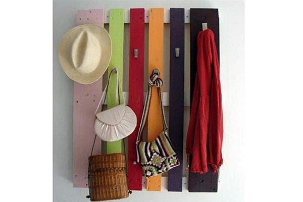 Un perchero muy colorido y fácil de hacer. Foto: espacioliving.com