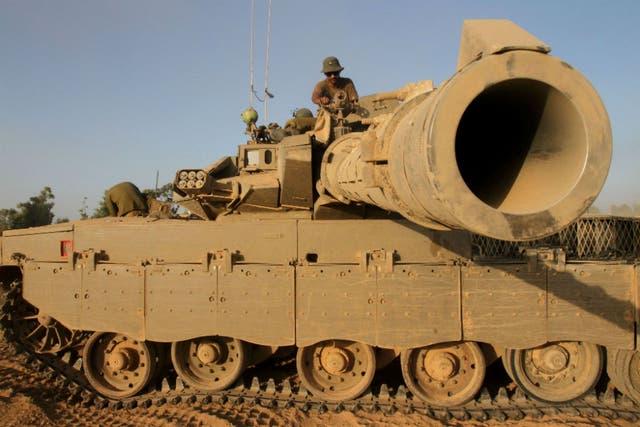Un tanque israelí se prepara a disparar en pleno combate