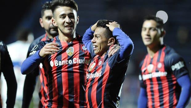 Rojas celebra con Barrios, que debutó con un gol en el Ciclón