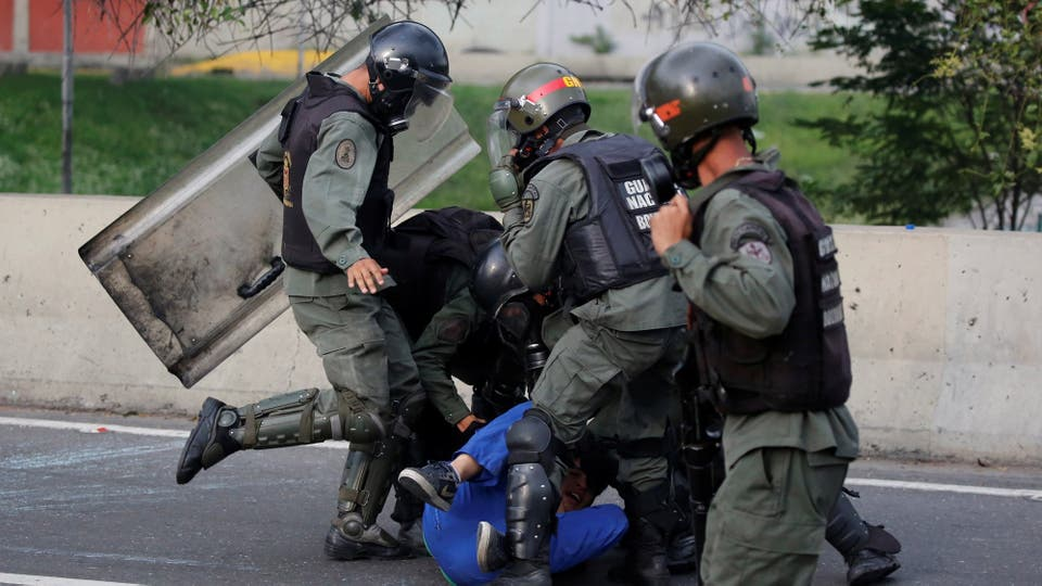 La policia reprime duramente a un joven que permanece tirado en el suelo. Foto: Reuters / Carlos Garcia Rawlins