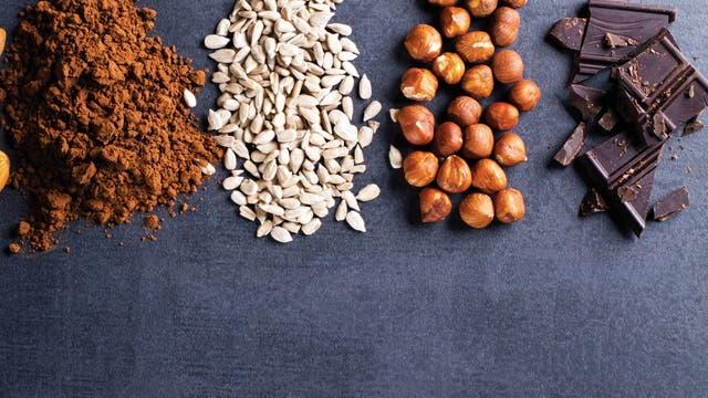 El chocolate amargo y los frutos secos son una gran fuente de magnesio que reduce el estrés y la fatiga