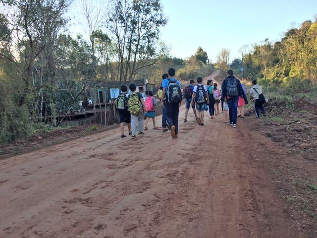 Los alumnos de 5º, 6º y 7º, vuelven de regreso a sus casas por el camino vecinal del paraje San Ramón