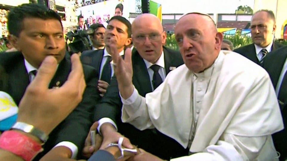 """El Papa se enoja con un fiel que lo tomó del brazo y casi lo tira al suelo. """"No seas egoísta"""", le dijo. Foto: AFP"""