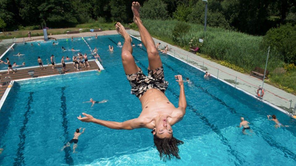 Una intensa ola de calor afecta a gran parte de Europa y EE.UU, un joven se tira a una pileta pública en Alemania. Foto: AFP
