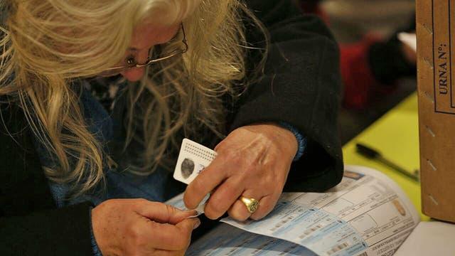 En Mar del Plata las escuelas recibieron a los votantes desde muy temprano. Foto: LA NACION / Mauro V. Rizzi