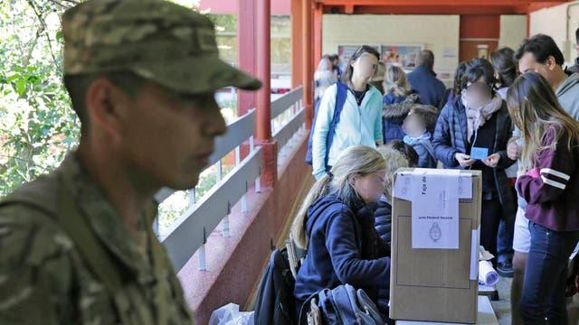 Siete hombres fueron detenidos tras votar en distintas escuelas de la provincia