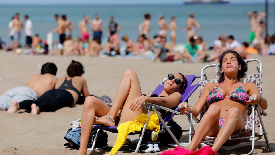Miles de turistas y marplatenses disfrutaron del sol, el calor y las playa de La Feliz. Foto: LA NACION / Mauro V. Rizzi