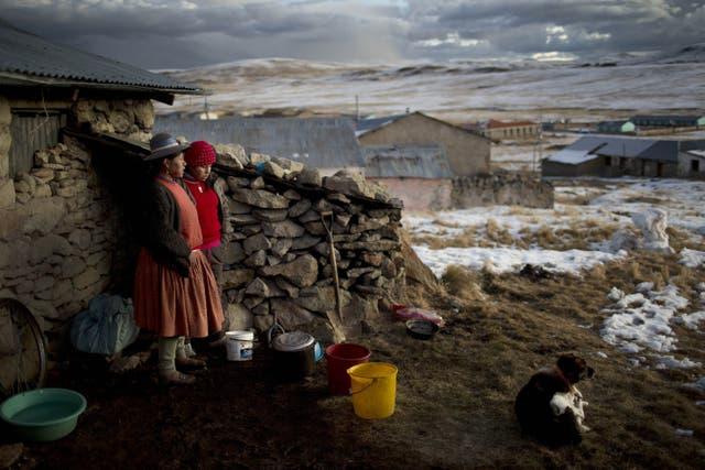 Rosa Carcabusto (29) y su hija María Luque (13) cocinan afuera de su casa a más de 5000 metros de altura en la localidad de Puno