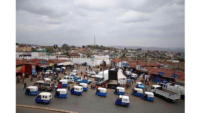 Concentracion de tuk-tuks (colectivos) fuera de la ciudad amurallada de Harar