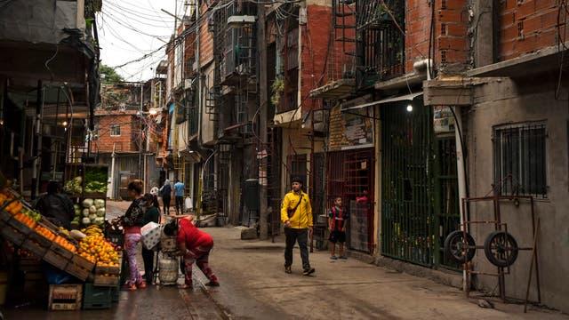 Vista de una de las calle en la Villa 31 en Buenos Aires, Argentina,