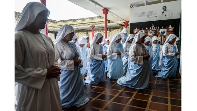 Oración matutina en el convento en las afueras de Cali