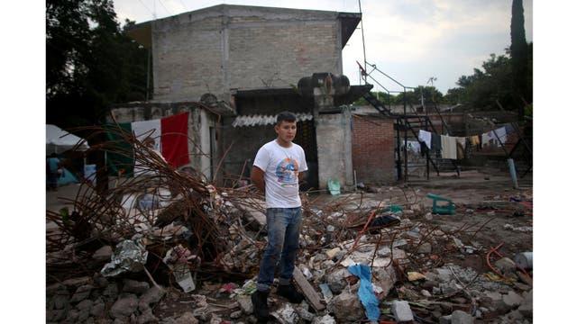Rene Contreras, de 20 años, estudiante, sobre los escombros de su casa después del terremoto en Jojutla de Juárez,