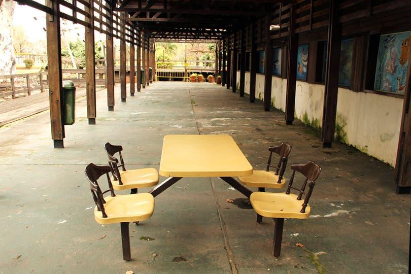 Las mesas y sillas se reponen con frecuencia; cuando estaba operativo el parque podía servir a 80.000 personas en simultáneo.. Foto: LA NACION / Mauricio Giambartolomei