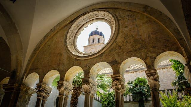 Desde el interior de la antigua farmacia de la vieja ciudadela se pueden observar las cúpulas de Dubrovnik. El boticario es uno de los más viejos del mundo; dentro de las murallas también se pueden encontrar un monasterio, una iglesia jesuita, esculturas y más