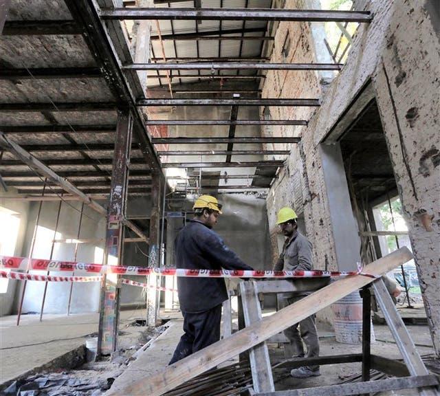 Obreros recuperan el interior deteriorado