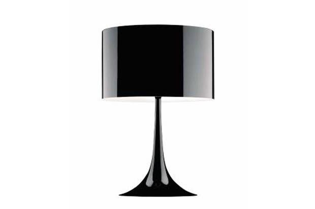 Lámpara de mesa con chasis y difusor de metal torneado en chapa con acabado negro brillante (Iluminación Agüero).  Foto:Living