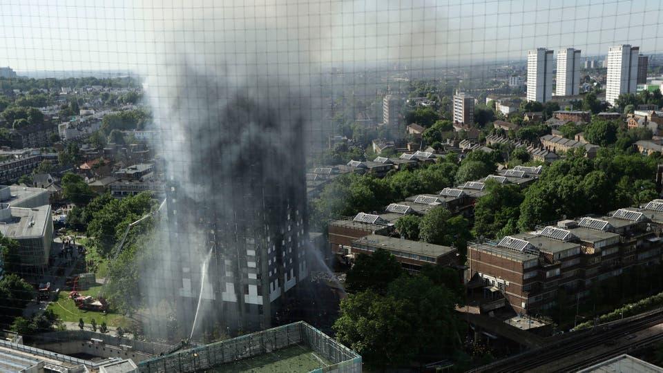 El feroz incendio pudo verse desde varios kilómetros de distancia. Foto: AP
