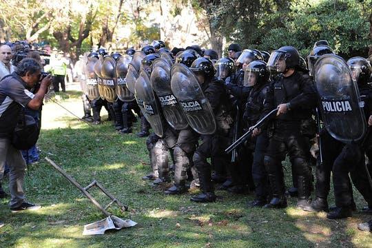 Graves incidentes en el Borda, la policia se enfrentó con los trabajadores del hospital y varios periodistas fueron heridos con balas de goma. Foto: DyN
