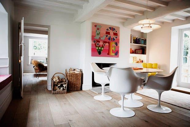 En el comedor, mesa y sillas de Eero Saarinen. La chimenea de líneas rectas y los estantes fueron hechos in situ..