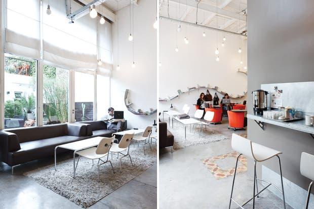 Sillitas Plywood diseñadas por Charles Eames junto al sillón Mint en ecocuero. La barra lateral invita a la pausa con un café..